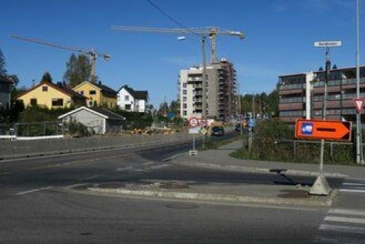 Det er nokså tydelig skiltet at tyngre kjøretøy må ta en alternativ rute i Lørenskog.