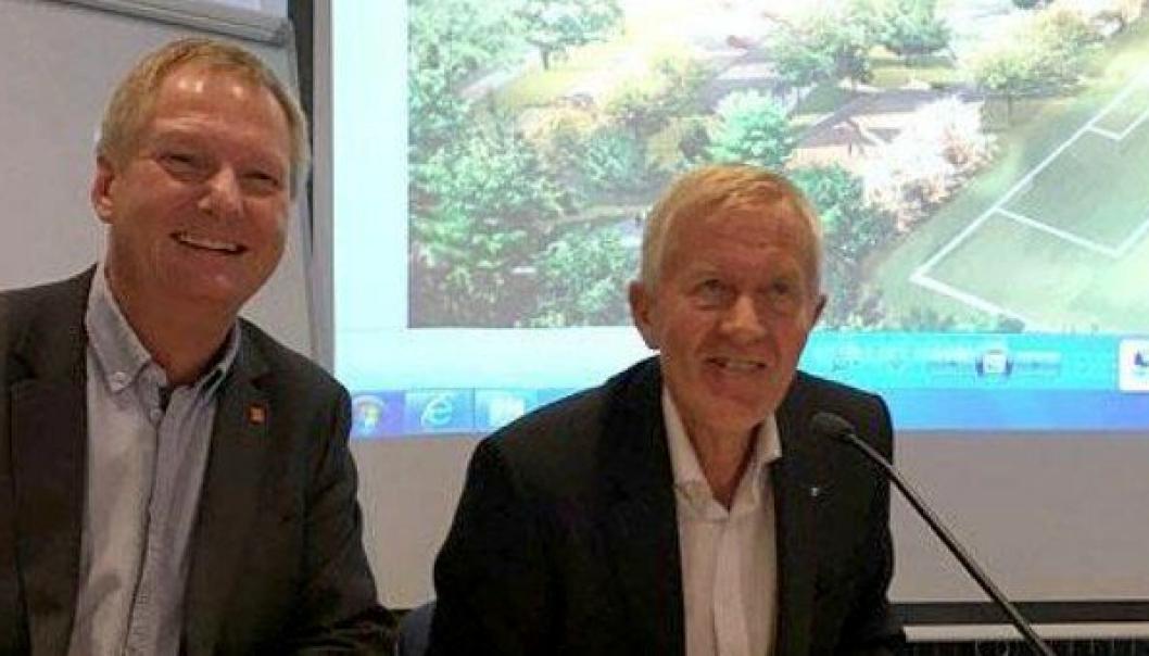 Administrerende direktør Dag Andresen i Veidekke Entreprenør (t.v.) og fylkesrådmann Øyvind Sørensen signerer kontrakten.