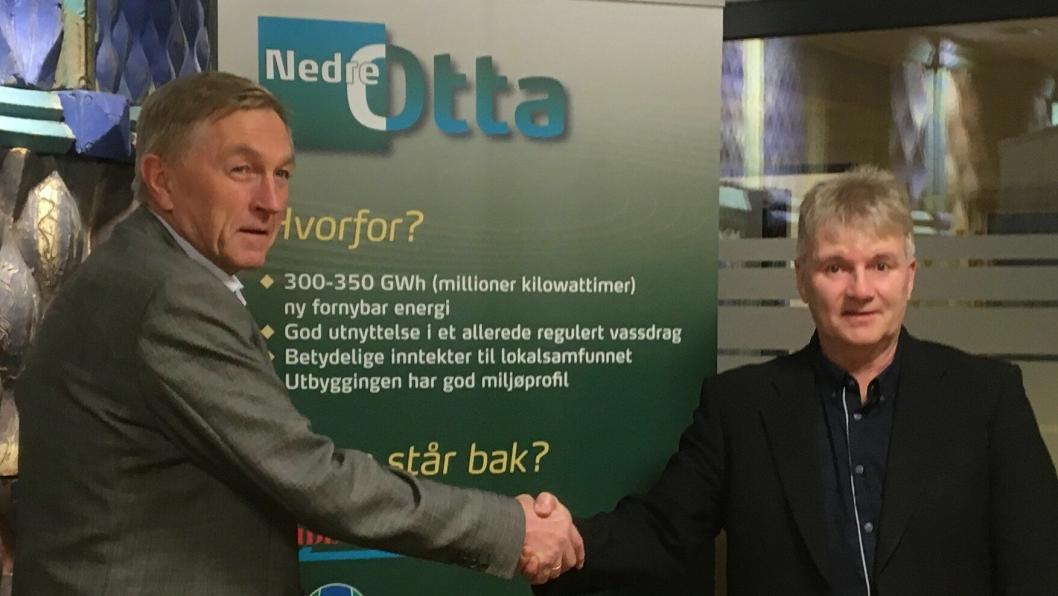 Bilde fra kontraktssigneringen: Oddleiv Sæle, Direktør i Eidsiva og Magnar Myklatun, prosjektsjef i Skanska Norge AS.