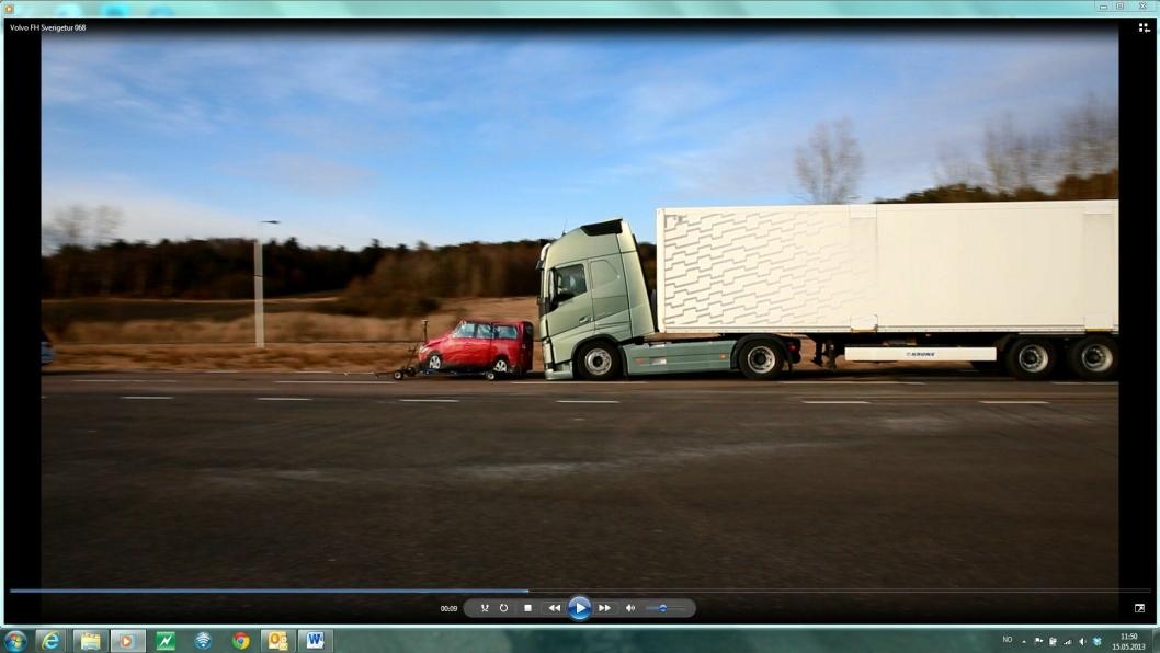 Illustrasjonsbilde. Bildet er tatt i forbindelse med en demonstrasjon av nytt nødbremssystem på nye Volvo FH i 2013 i Sverige, med brems mot oppblåsbar mot en saktekjørende oppblåsbar «bil».