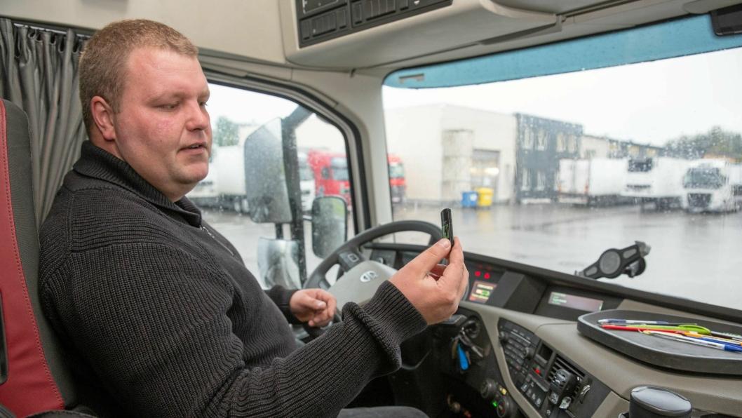 Darius Visakavičius har erfaring som sjåfør i Norge og er instruktør på økonomikjøringskurset hos Girteka i Vilnius. Alle detaljer fra kjøringen registreres på en USB-pinne, og i bakkant viser de registrerte dataene hvordan sjåføren har gjort det.