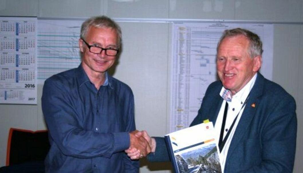 Knut Harstad fra Hæhre Entreprenør og Torbjørn Naimak fra Statens vegvesen signerte tunnelkontrakten.