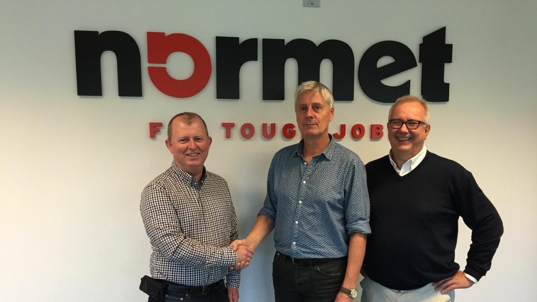 Thomas Beck ønskes velkommen til Normet Norway på Skarnes av Roar Myrdal og Ola Woldmo.