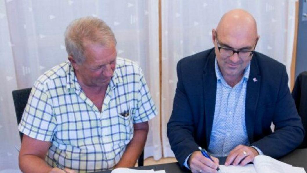 Tor Kåre Austrheim (Statens vegvesen), og Trond Viding Tvedt (Risa) signerer avtalen.