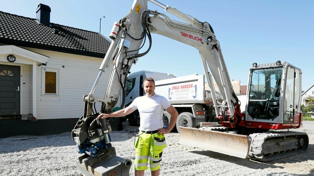 HER GÅR DET GREIT: Inne på private tomter går det som regel greit for Ståle Hansen å jobbe, men om han skal grave nærmere enn tre meter fra offentlig grunn trenger han gravemelding.