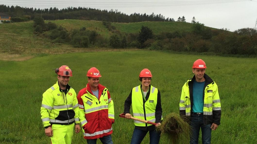 Første spadetak på Posten og Brings logistikksenter i Sandnes. Fra venstre: Martin Mæland (formann i Risa), Arne Skrettingland (anleggsleder i Risa), Siri Tansø (distriktssjef i Posten Norge) og Jan Magne Fotland (byggleder i Prosjektil).