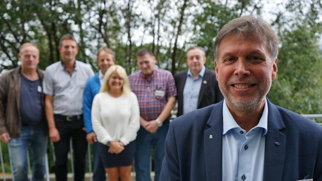 JIm Klungnes med sitt nye forbundsstyre. F.v. bak: Knut Authen, Ove Helleseth, Svein Roger Skoglund, Trude Valle, Hans Peter Sørgjerd og Bjørn Nytrø.