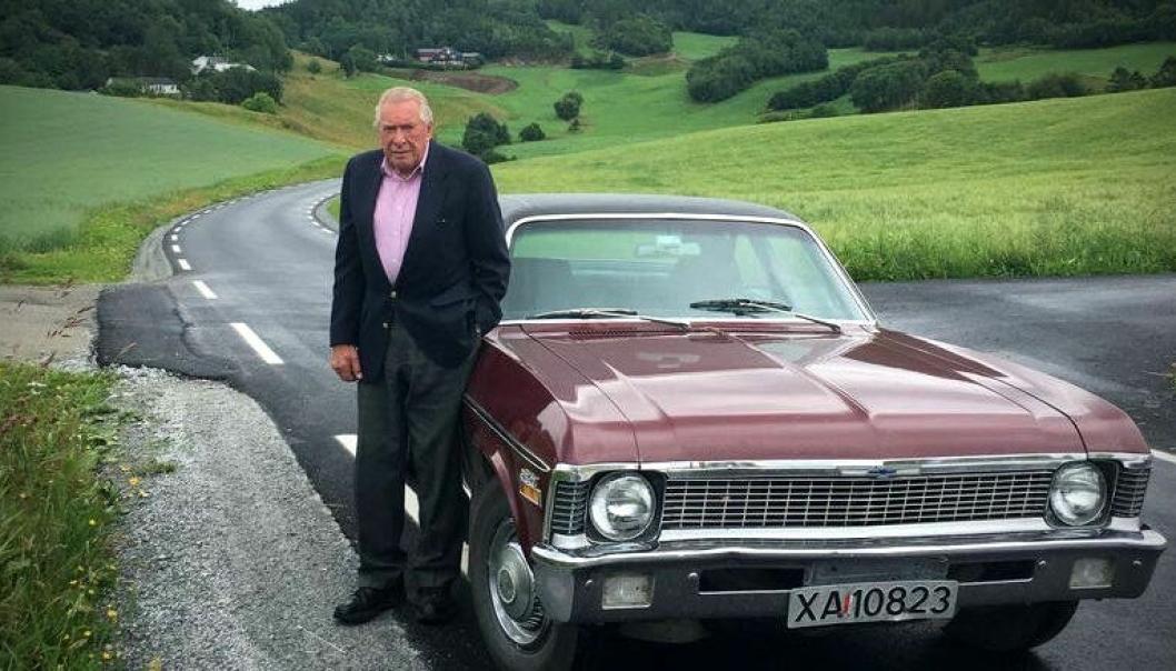 BETALTE: Kristian P. Berg (91) har bodd i Seattle, USA, i snart 70 år. Han la 300.000 dollar på bordet for å få ny asfalt på fylkesveien i hjemkommunen Rissa på Fosen. Alle