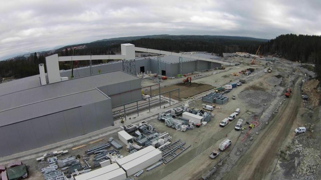 Ved anleggsområdet på Åsland på grensen mellom Oslo og Akershus (Ski) produseres betongelementer til tunnelen. Det er her hovedaktiviteten i forbindelse med tunnelbyggingen foregår.