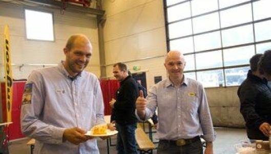 Avdelingsleder Pon Equipment avd. Ålesund, Sigurd Nybø (t.v.), og regionsleder Midt-Norge Kristian Elgseter var fornøyd med kake og åpning av ny Pon-avdeling i Ålesund: