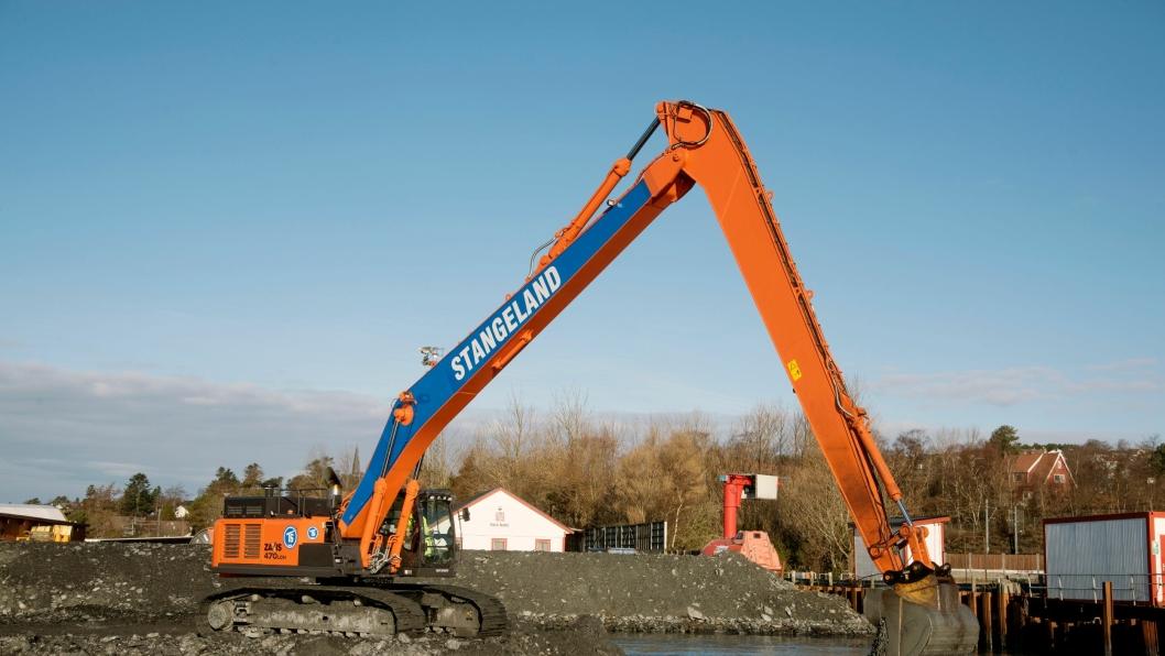 STOR: Med over 20 meters rekkevidde er Stangeland Maskins nye Hitachi Zaxis 470 longrange-maskin stor. Bare stikka er over åtte meter lang.
