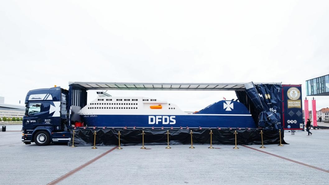 DFDS har en egen Scania som skal frakte skipet rundt om i Europa.