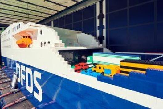 Både personbiler og lastebiler er plassert på skipets bildekk.