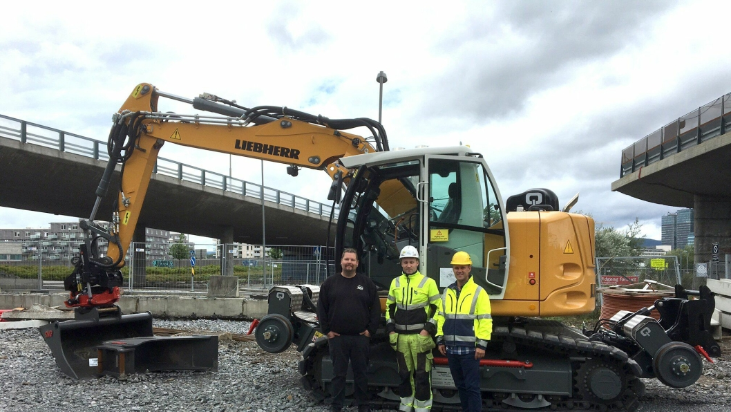 Fra overleveringen av maskinen. Fra høyre: Håkan Nyhaugen (Liebherr Norge), maskinfører Roine Karlsson (Habru Anlegg AS) og Øyvind Marhaug (Østlandske Maskinservice AS).