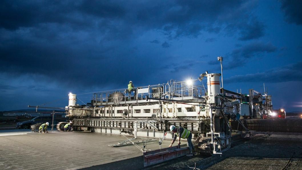 Glidestøpeutleggeren Wirtgen SP 1600 i arbeid. På grunn av sterk dagvarme, ble støpingen utført fra syv om kvelden til seks om morgen.