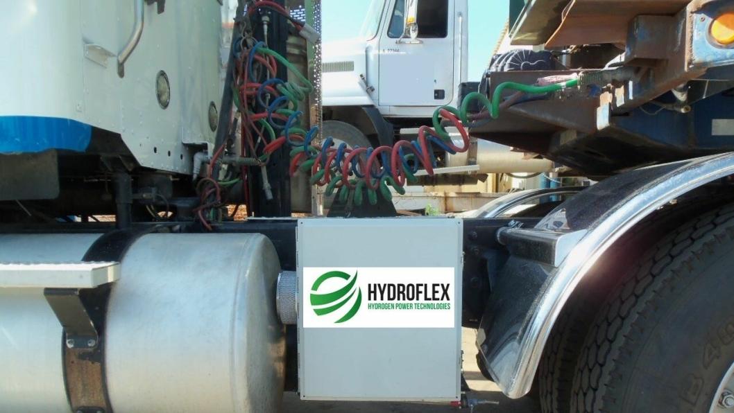 Denne enheten på lastebilramma rommer vanntank på 1,5 liter, strømtilførsel og overføringsslange til luftfilteret.
