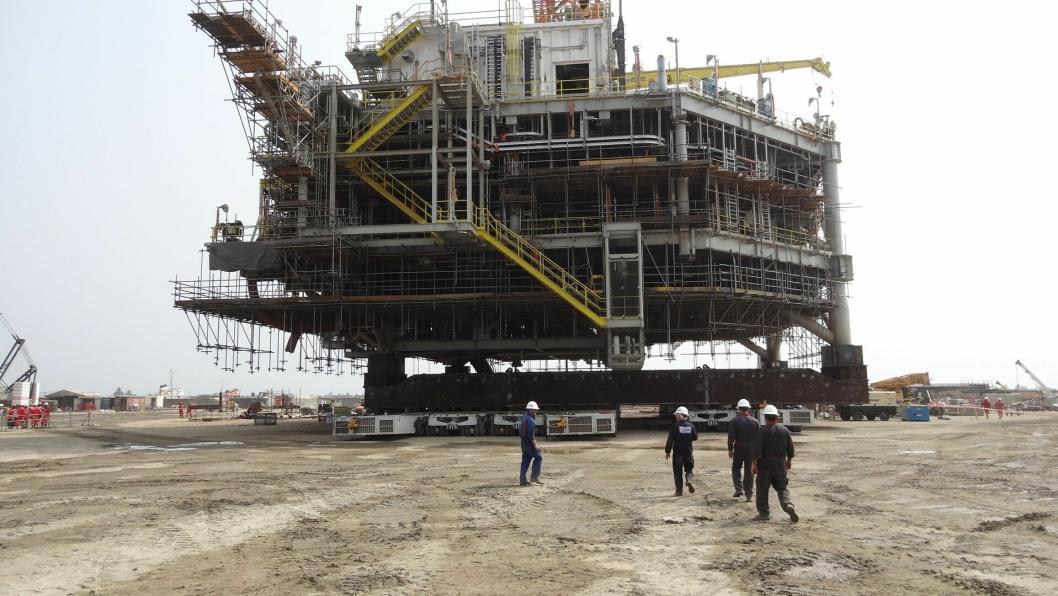 Den 3340 tonn tunge olje- og gasstrukturen under flytting på ujevnt underlag.