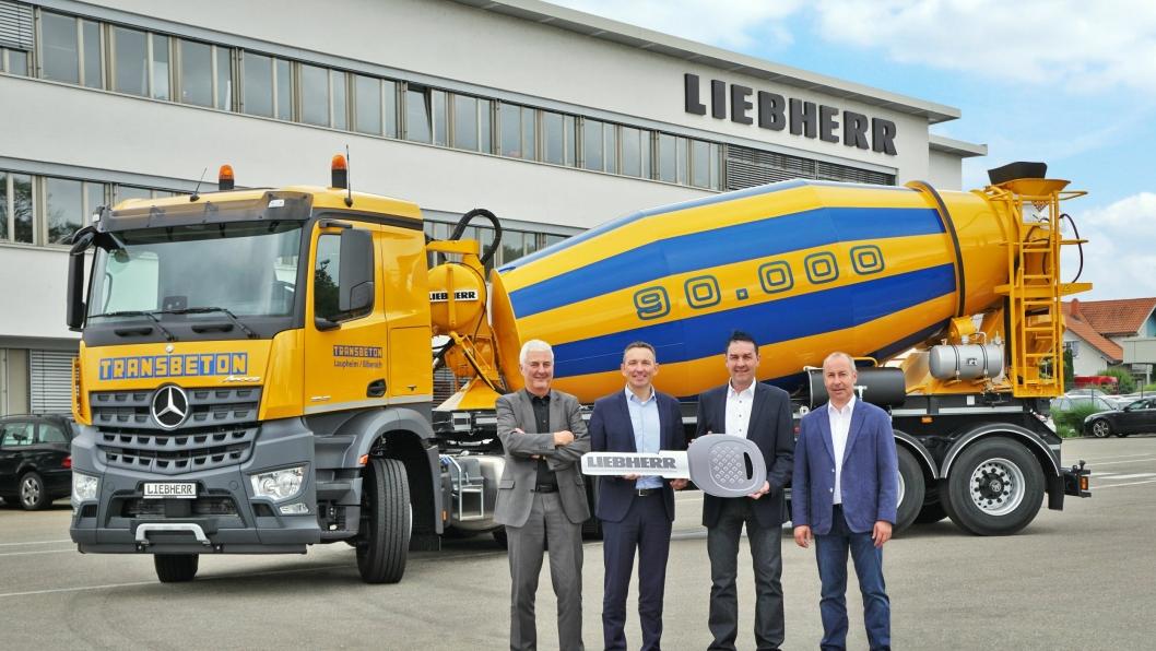 Nummer 90.000 fra Liebherr. Fra venstre: Michael Barthel, Mark Figel (begge fra Liebherr), Reinhold Brehm (Transbeton) og Bernd Wiest (Liebherr).