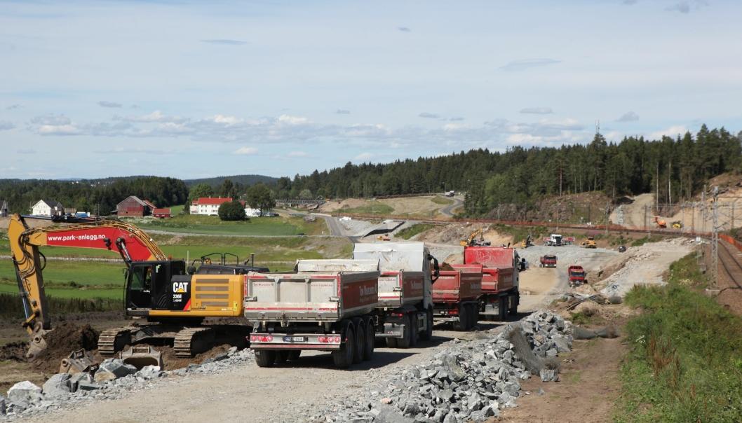 Tom Wilhelsen AS har mange av lastebilene som kjører masser fra OHLs og Park & Anleggs prosjekt nord for Ski stasjon.
