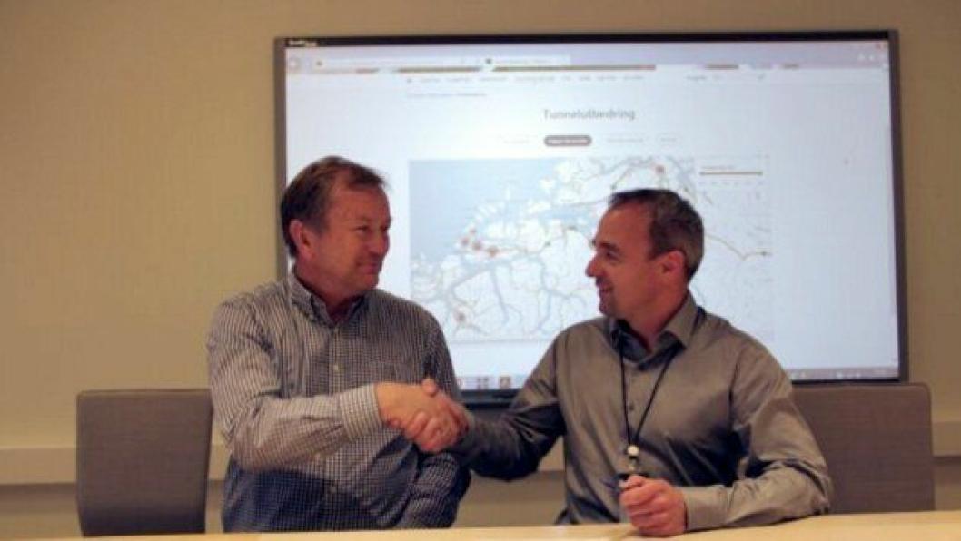 Kjetil Strand (t.v), fungerende regionvegsjef i Statens vegvesen og Kenneth Svendsen, prosjektdirektør i AF Gruppen.