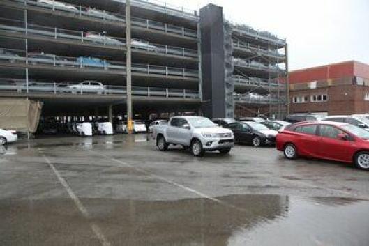 Autolink AS har ca. 6000 biler stående på sin terminal på Holmen i Drammen. Mange står ute og mange står under tak i selskapets parkeringshus i bakgrunnen.