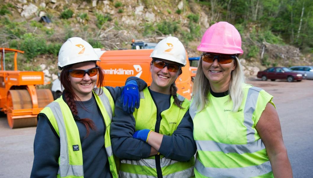 Katrine Henriksen (f.v.), Ina Karoline Helleberg og Nina Ullmann trives godt som asfaltarbeidere hos Lemminkäinen Norge.