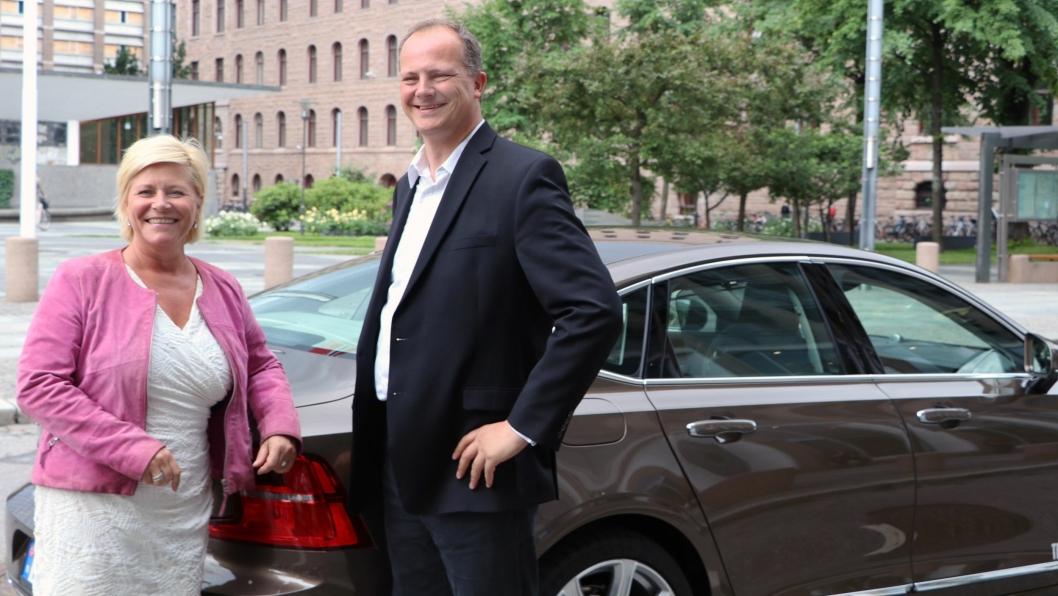 Statsrådene Siv Jensen og Ketil Solvik-Olsen ønsker selvkjørende biler velkommen på norske veier. Men først må et nytt lovverk på plass.