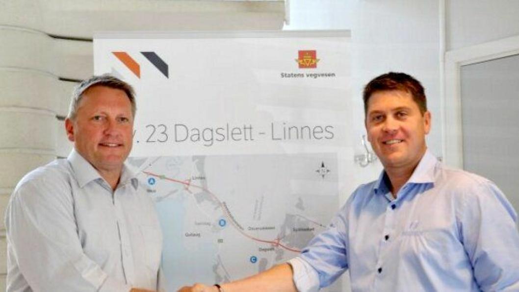 Jan Erik Larsen (t.v.), prosjektleder for riksvei 23 Dagslett-Linnes og Amund Berger, avdelingsleder i Isachsen Anlegg AS.