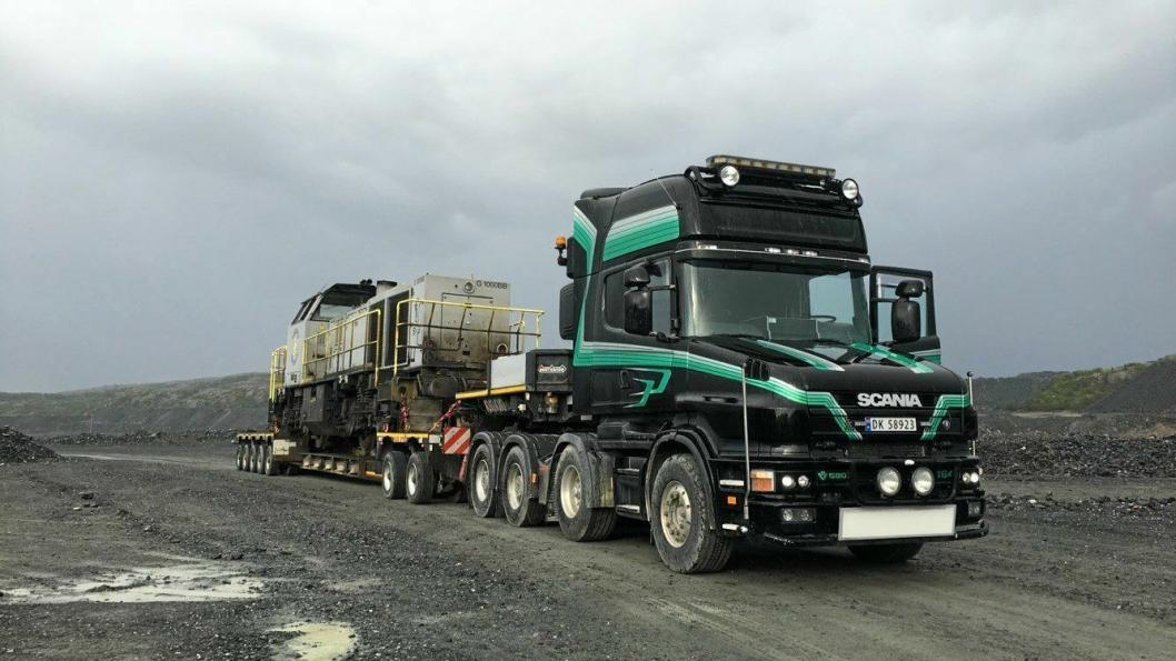TIL NORDLAND: Lokomotiver som har fraktet malm fra Sydvaranger Gruve ved Bjørnevatn til havna i Kirkenes, ble hentet av Iver Grini Transport og kjørt til Nor Lines-terminalen i Kirkenes for videre frakt med båt til Narvik.