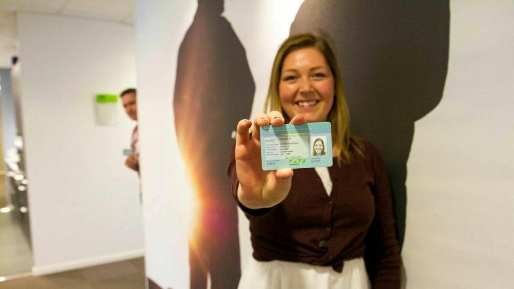 LØSNING: Pernille Haugen hos SmartDok holder HMS-kortet som brukes. En nysgjerrig salgssjef Per Tore Hansen lurer i bakgrunnen.