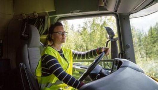 - Det blir helt stille i førerhuset når jeg kjører elektrisk, sier Therése Persson.