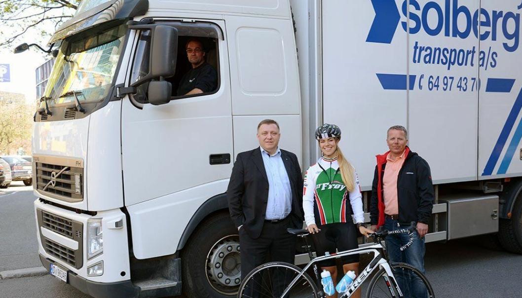 Rittleder Morten Mørk (til høyre) setter stor pris på hensynsfulle lastebilsjåfører. Her avbildet sammen med NLF-direktør Geir A. Mo og syklist Thea Degvold i forkant av fjorårets ritt.