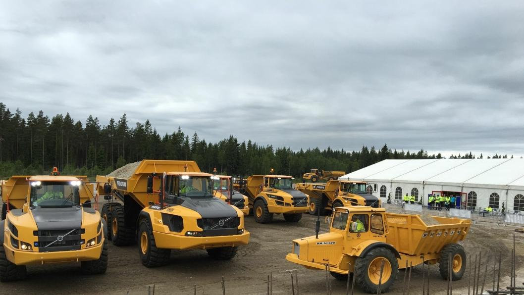 VOKST: Gruskalle med 10 tonn lastekapasitet og den nye A60H med 55 tonn lastekapasitet sammen under showet i Braås i Sverige. Den første og den hittil siste av Volvos rammestyrte dumpere.
