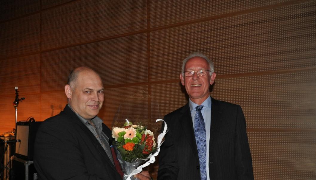 Daglig leder Trond Mathisen (t.v.) mottar prisen av direktør Trond Johannessen i Maskinentreprenørenes Forbund (MEF)