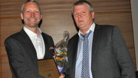 Prosjektleder Jens Solvang (t.v.) gleder seg over prisen han mottar fra styreleder Bjørn Johansen i NESO.