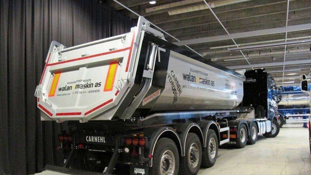 Første Carnehl dumper-semitrailer med ny type hydraulisk drift på midtre aksel levert til kunde, vist på Transport 2016.