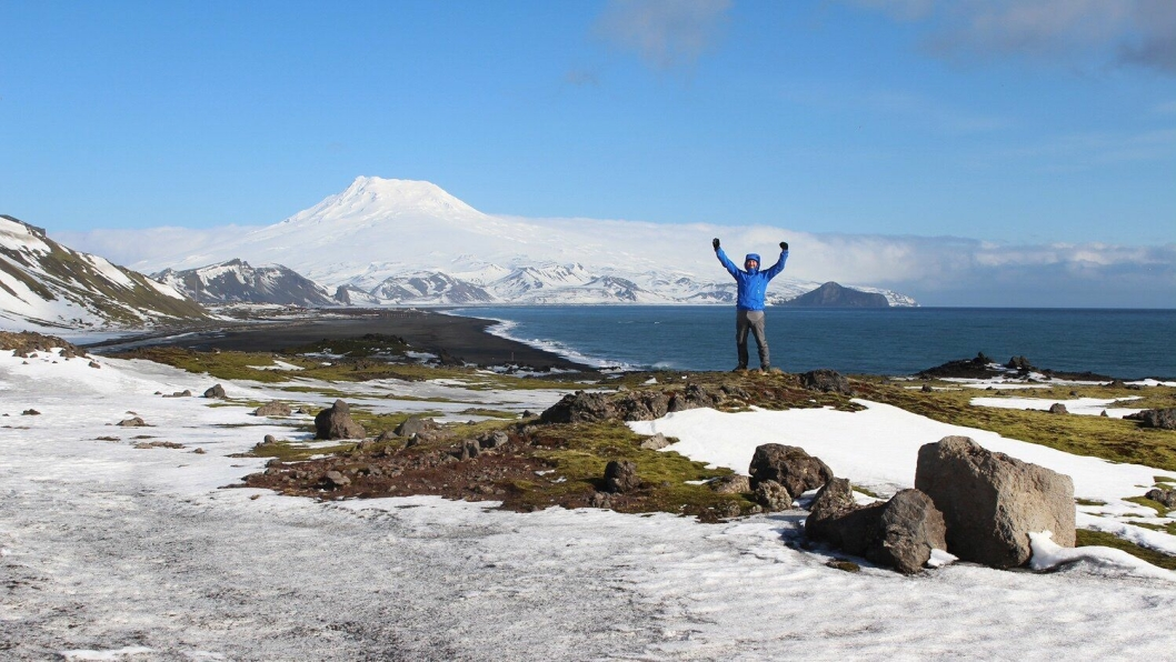 På befaring våren 2016. En entusiastisk Nikolay Øverland med vulkanen Beerenberg i bakgrunnen.