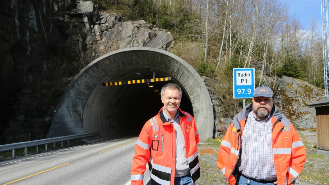 Prosjektleder Halgeir Brudeseth og byggeleder Jon-Trygve Løvik foran Måndalstunnelen.