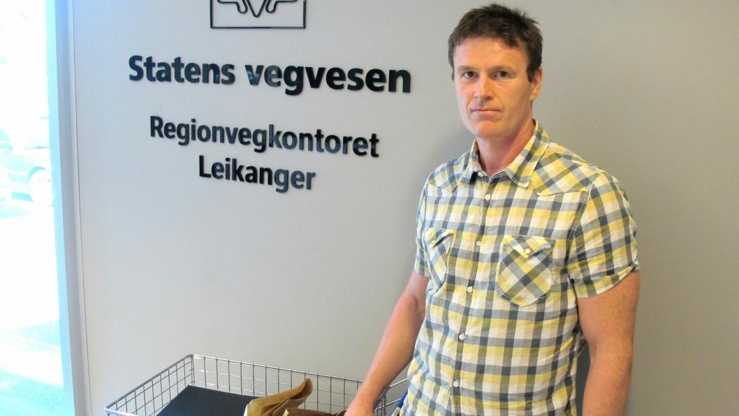 Assisterende prosjekteringsleder Frode Vagstad, med tilbudene på den siste store kontrakten i Ryfast-/Eiganestunnel-prosjektet.