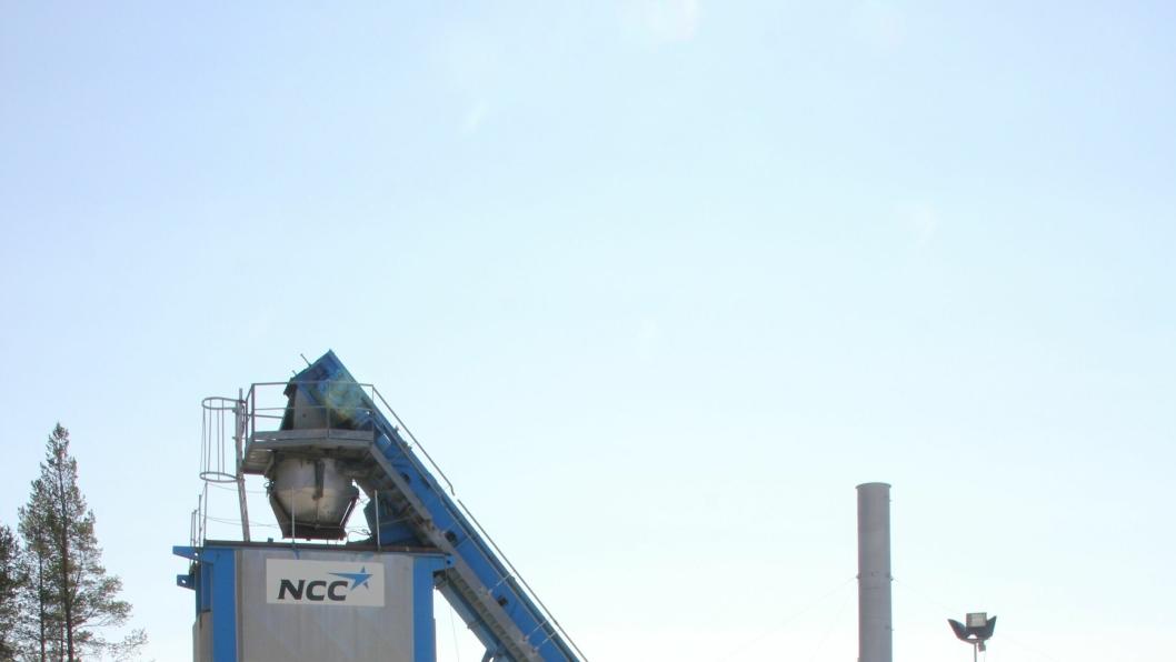 NCC er i full sving med å produsere asfalt i Grønboge i Dovre kommune. F.v. Geir Slettaøien i Korsvoll Maskin, områdesjef i NCC, Einar Haugen, Ola Håkon Korsvoll eier av Korsvoll Maskin, produksjonsleder i NCC Midt, Frode Finsnes og Ola B. Killi, som representerte brannvesenet på befaringen torsdag.