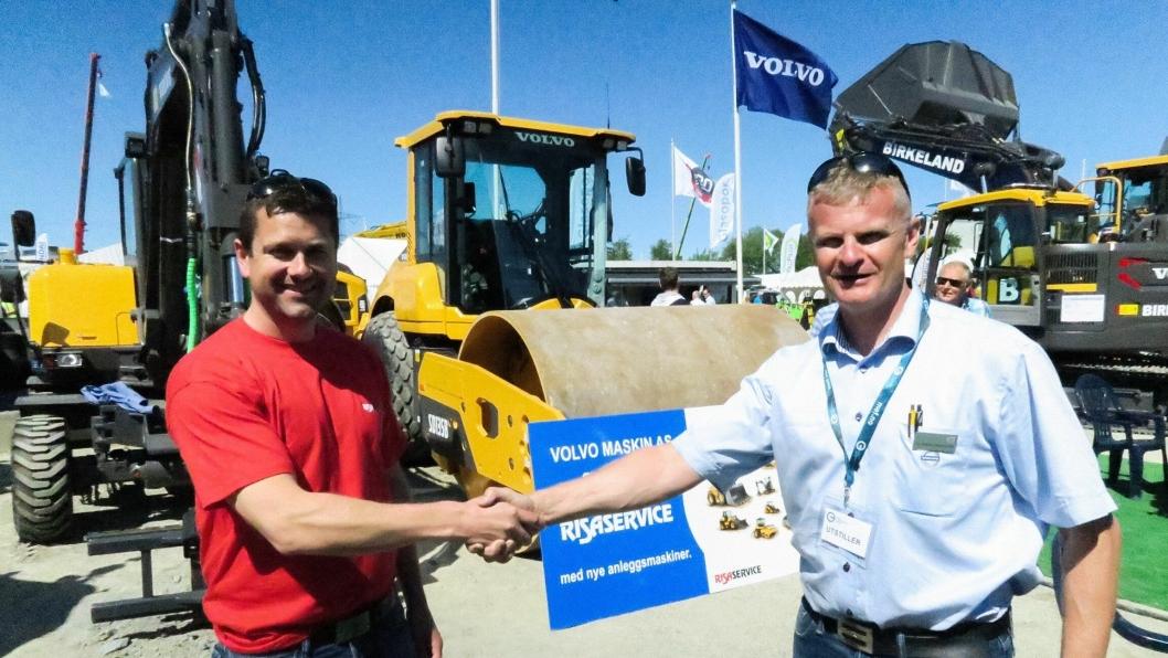 Utleiesjef Kjetil Friestad i Risa Service AS (t.v.) og distriktssjef Tor Anders Skjæveland i Volvo Maskin med avtale på MEFA i Stavanger.