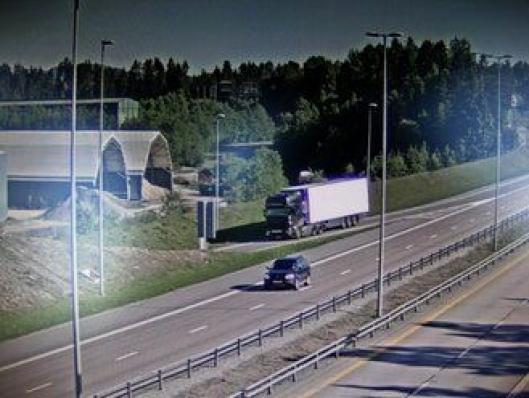 Her svinger trakkvogna av fra E6 til kontroll på Jessheim lastet med fisk. Fotografi av dataskjerm.