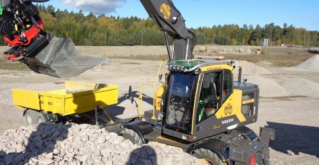 Med en takbøyle er det enkelt å montere flere arbeidslys på gravemaskinen.