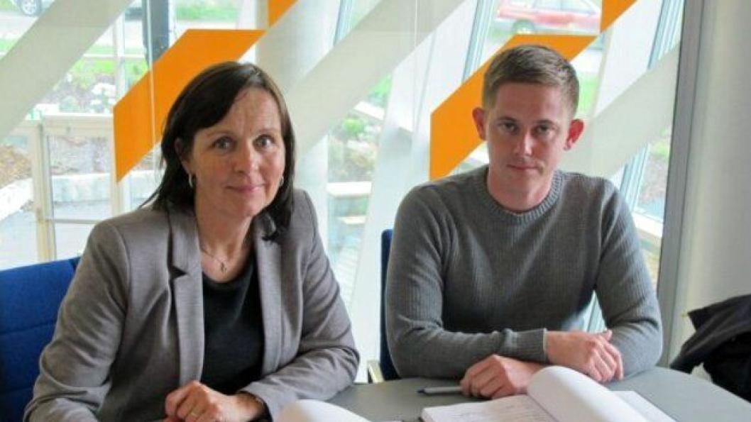 Tone Oppedal i Statens vegvesen og Roy Viktor Ohnstad fra Opedal Drift AS signerte drifts- og vedlikeholdskontrakt for Midtre Sogn.