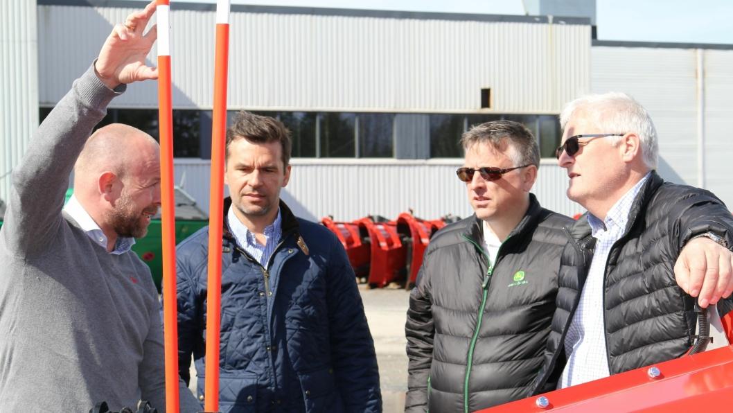 Finn Kristian Tokvam (fra venstre), Hallvard Vikeså, Ettermarkedssjef Jostein Susort, Salgssjef FKRA Jon Magne Torsteinbø diskuterer avtalen.