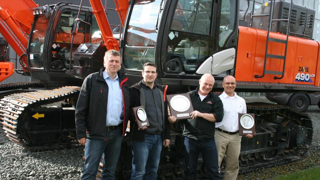 Teknisk sjef fra Nasta Knut Gaarde mottok prisen på vegne av Nasta. På bildet er også to representanter fra Kiesel – den tyske forhandleren (til venstre), Knut Gaarde fra Nastaog CMD - forhandleren i Israel(lengst til høyre).