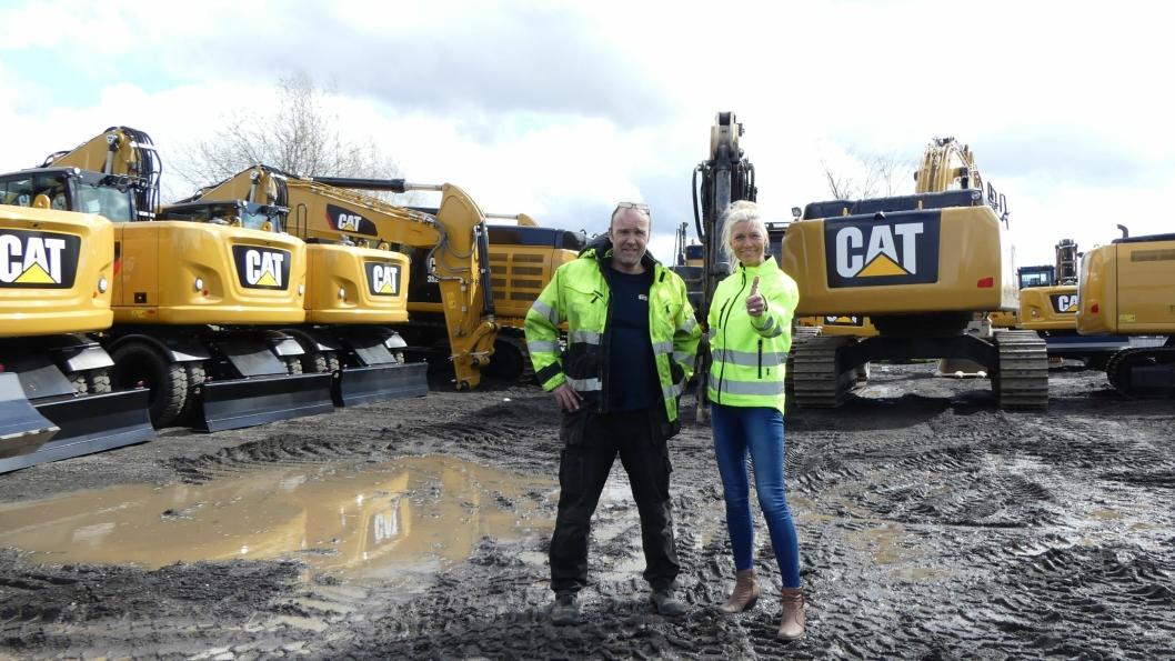 Sjef for maskinlogistikken hos Pon Equipment Danne Hauger (til høyre) jubler for rekordmange leveringer i april. Her sammen med Morten Hansen leder for nymonteringsavdelingen i Oslo.