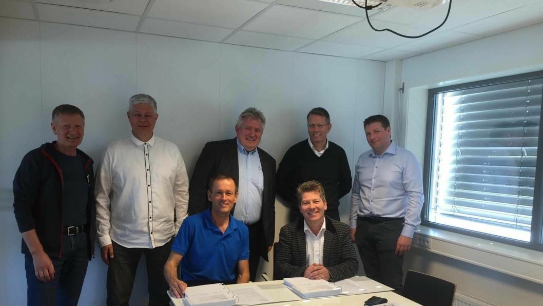Bildet fra kontraktsigneringen viser byggeleder Lars Martin Rage og prosjektleder Gunnar Eiterjord sammen med representantene for Roxel AS. Kontrakten omfatter Ryfylketunnelen.