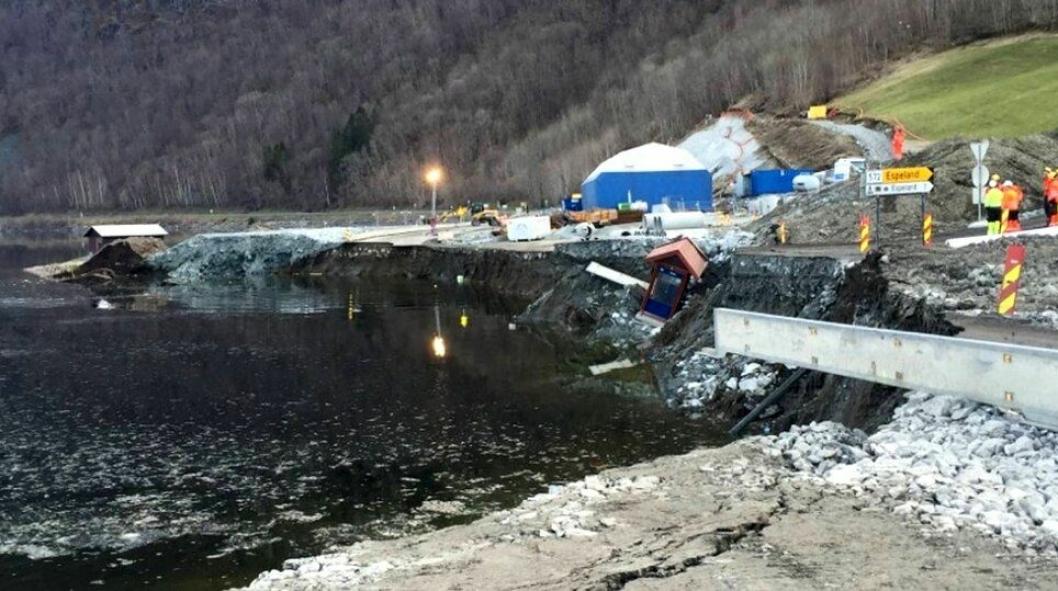 Her har en strekning på et par hundre meter rast ut i Granvinsvatnet, inkludert to gravemaskiner.