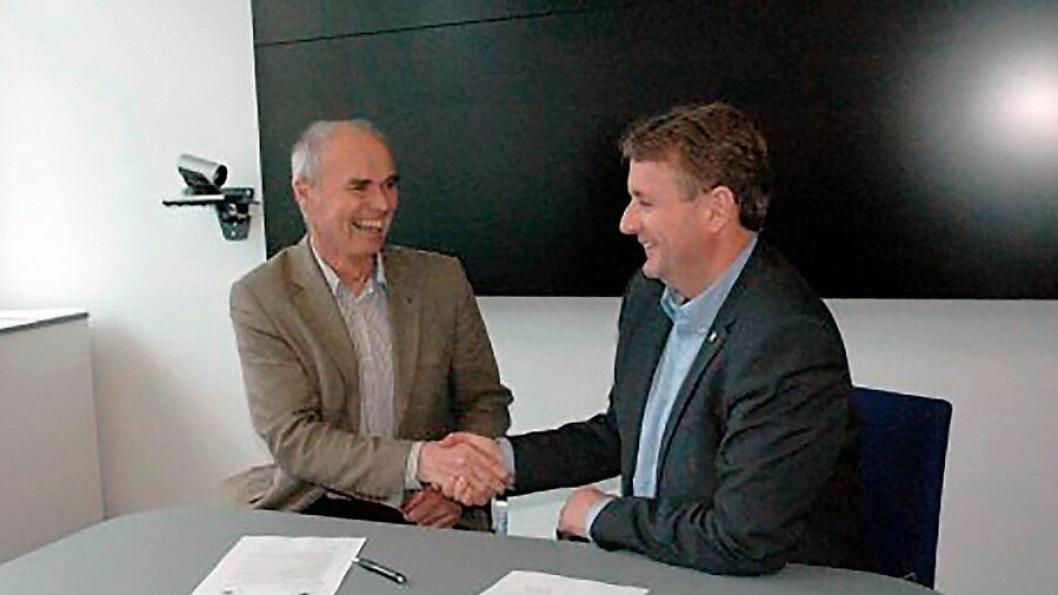 Direktør i Jernbaneverket Lars Chrisitian Stendal og regionvegsjef Helge Eidsnes signerte torsdag den første samarbeidsavtalen mellom Jernbaneverket og Statens vegvesen på Vestlandet.